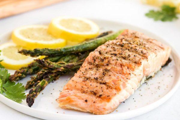 Menu Makanan untuk Penderita Kolesterol: Grilled Salmon Asparagus